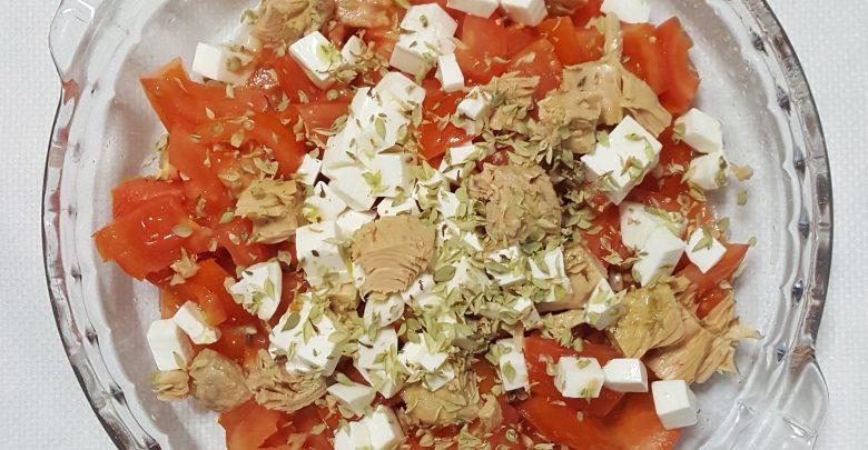 Aliño De Tomates Con Atún Y Queso Fresco